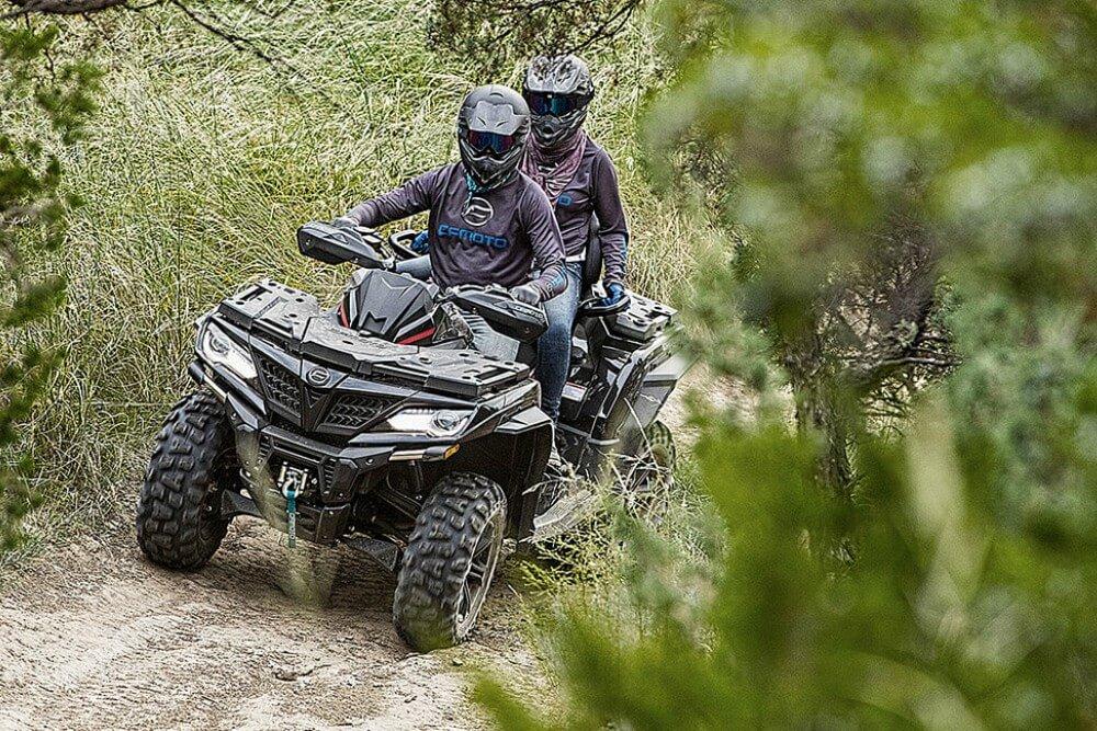 ATV vožnja u šumi CFMOTO 2