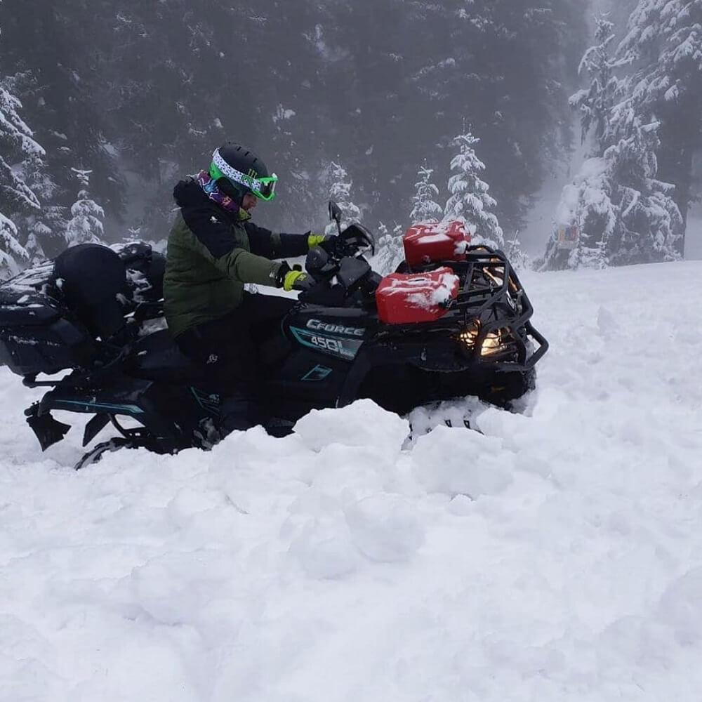 vožnja ATV vozila po snegu CFMOTO 4